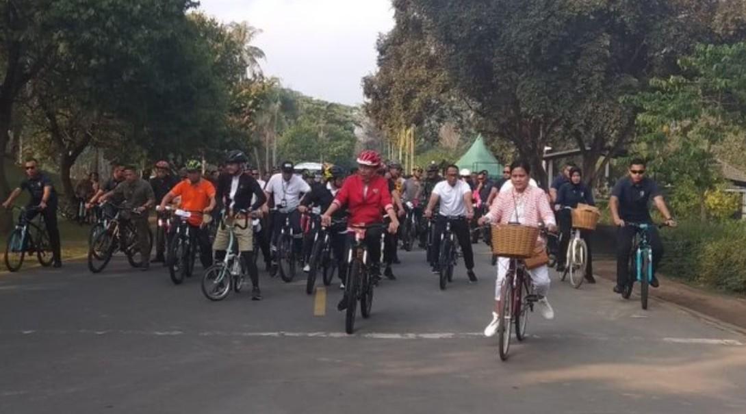 Hari Ini Usai Sepedaan, Jokowi dan Rombongan Naik Candi Borobudur