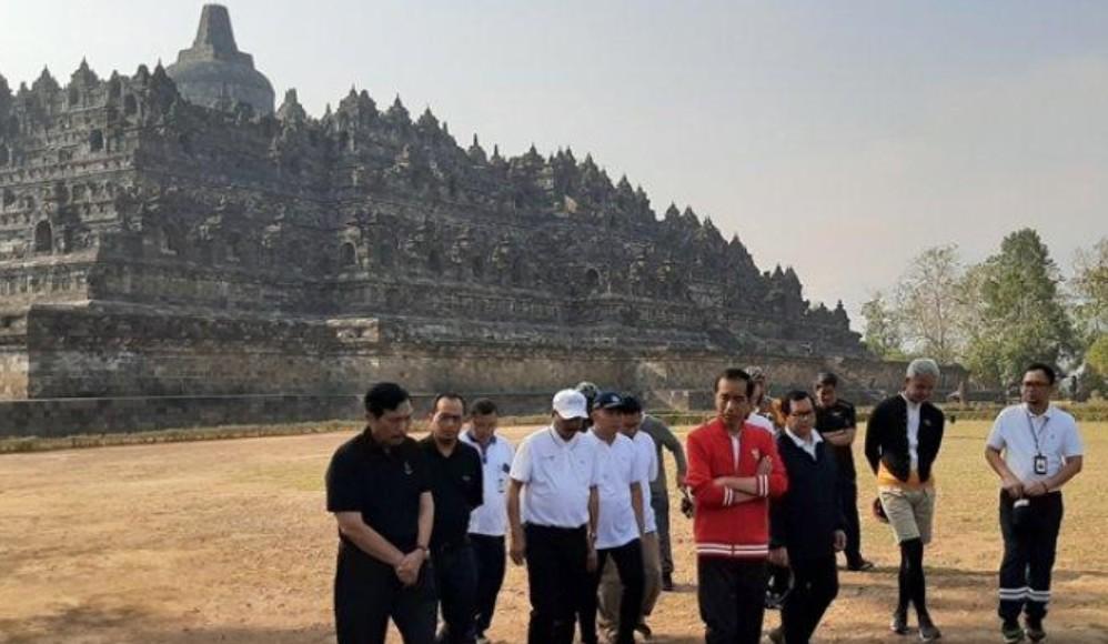 Jokowi dan Rombongan Naik Candi Borobudur