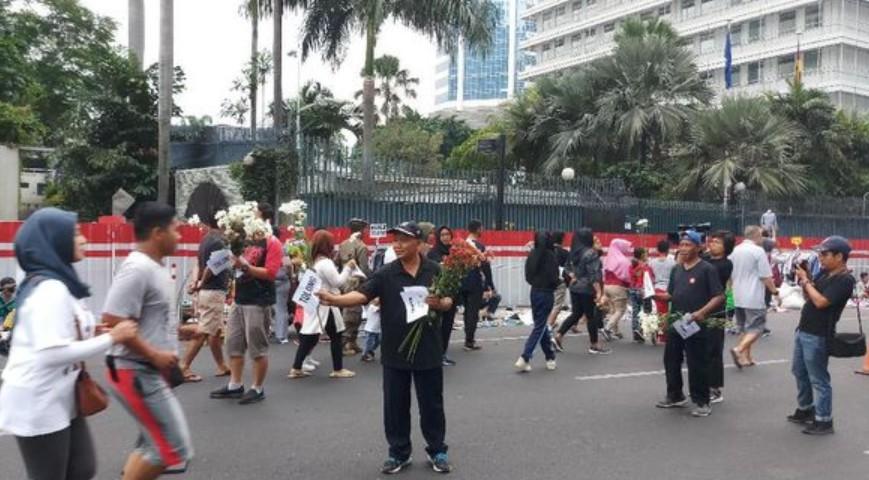 Polemik Revisi UU KPK, Pegawai KPK Bagikan Bunga