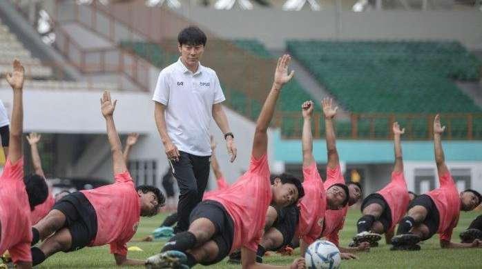 Shin Tae-yong Latih Awasi Latihan Perdana Timnas U19